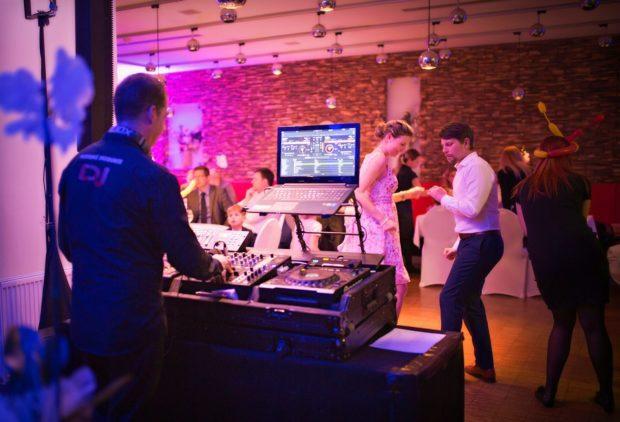 DJ vystoupení na oslavě