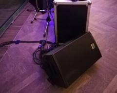 Odposlechový reprobox na stege, pro zpěváky.