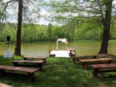 obřad u rybníka