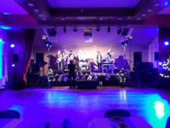 ARRI osvětlení na hlavní pódium s kapelou a dalšími účinkujícími.