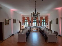 Salonek nasvícený do svatební světle růžové barvy.