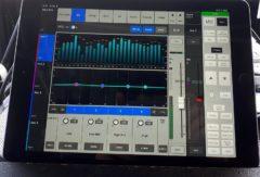 Zvučení zpěváků pomocí bezdrátové aplikace v tabletu.
