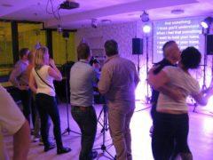 Efektivní propojení zpěvu a taneční zábavy.