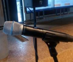 Kvalitní bezdrátové mikrofony Shure na zpěv.
