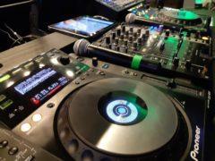 DJ technika na mixování hudby i videoklipů.