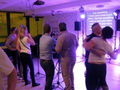 Flexibilní střídání karaoke bloků s taneční zábavou.