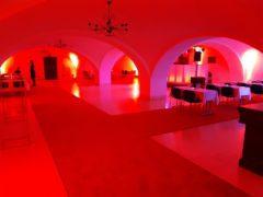 Kompletní nasvícení prostor u DJ stage na plesové afterparty.