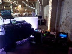 DJ technika, včetně zvukařského vybavení v jedné režii.