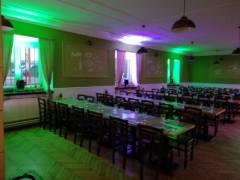 Scénické osvětlení v okenních prostorech hlavního sálu.