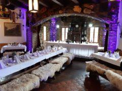 Hradní krčma ve fialové svatební barvě.