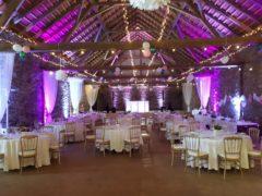 Svatební stodola v kombinaci magenty a bílé barvy.