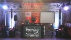 Karaoke na stativovém plátně, pro hlavní projekci.