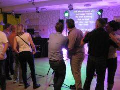 Karaoke texty na hlavní projekci.