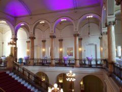 Scénické nasvícení foyer na plese.