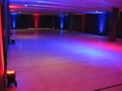 Scénické nasvícení stěn celého sálu.