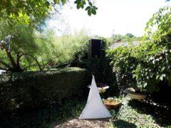 Vykrytí zvuku v zahradě odposlechovým reproboxem dB Technologies DVX.