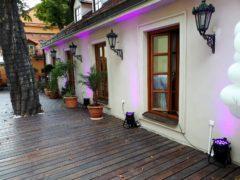 Nasvícení terasy ve svatební fialové barvě.