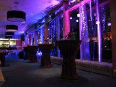 Scénické osvětlení stěn sálu, oken a dalších částí.