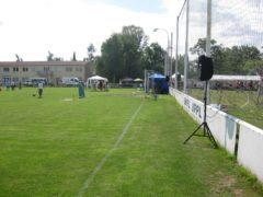 Plošné ozvučení fotbalového hřiště několika reproboxy dB Technologies.