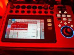 Zvuk řízený digitálním zvukařským pultem s efekty.