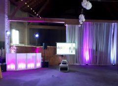 Svatební projekce ve stodole.