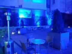Instalace reflektorů do zahrad a dalších částí exteriéru.