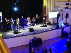 Reproboxy, pro dokrytí zvuku na pódiu.