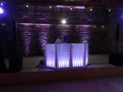 Podsvícená DJ stage se zadní stěnou.