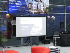 Karaoke s malým plátnem 150cm a přední projekcí.