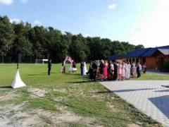 obřad na hřišti