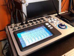 Řízení zvuku digitálním zvukařským pultem.