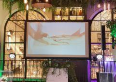 Projekce karaoke na velké rámové plátno o šířce 2m.