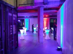 Podsvícení koktejlových stolků bateriovými LED reflektory.