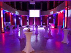 Scénické nasvícení stěn hlavního sálu na firemním večírku.