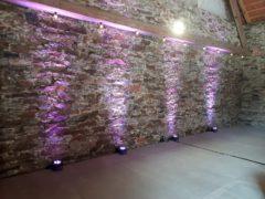 Dekorativní osvětlení stěn sálu a salonků.
