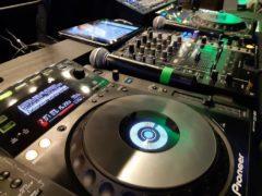 DJ techniku na stage a mikrofony