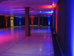 Scénické nasvícení stěn sálu, pro závěrečnou party.